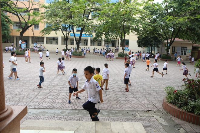 Học sinh mầm non, tiểu học nô nức tới trường sau 3 tháng nghỉ phòng dịch - 16