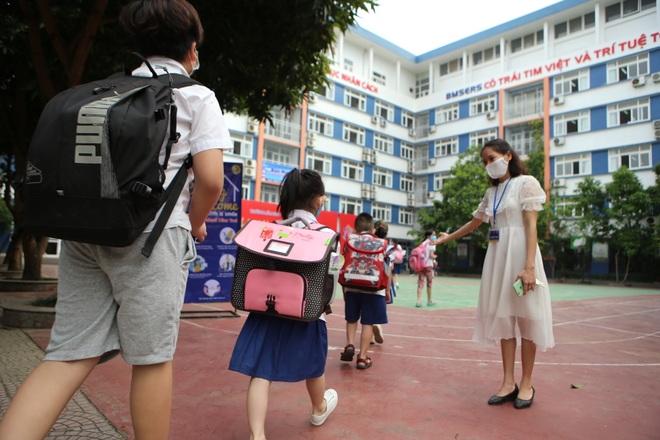 Học sinh mầm non, tiểu học nô nức tới trường sau 3 tháng nghỉ phòng dịch - 4