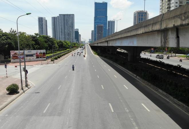 Hà Nội nắng gắt đỉnh điểm, đường phố vắng như Tết - 10