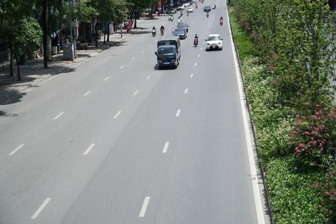 Hà Nội nắng gắt đỉnh điểm, đường phố vắng như Tết - 7