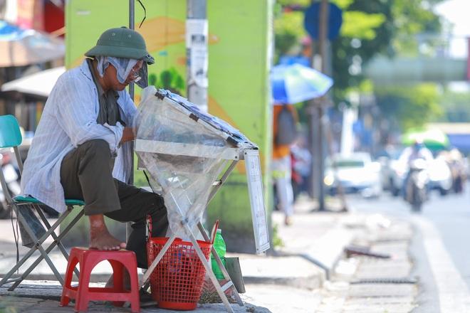 Hà Nội nắng gắt đỉnh điểm, đường phố vắng như Tết - 16