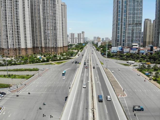 Hà Nội nắng gắt đỉnh điểm, đường phố vắng như Tết - 9