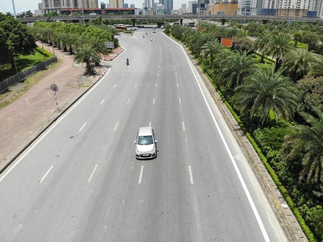 Hà Nội nắng gắt đỉnh điểm, đường phố vắng như Tết - 4