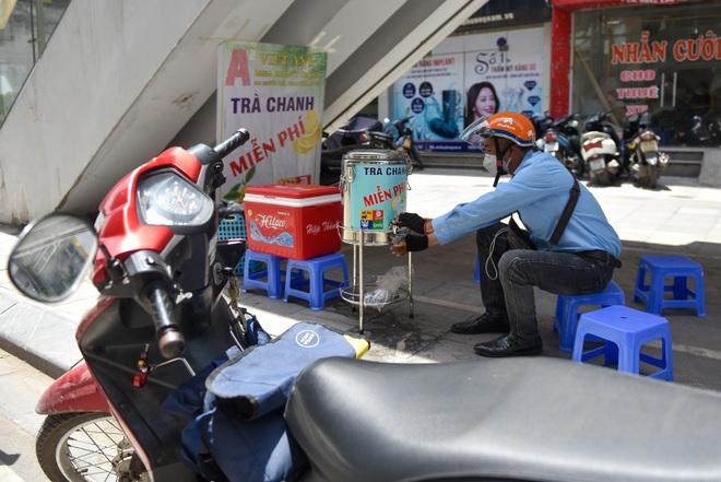 Hà Nội: Mát lòng trà chanh đá miễn phí giữa ngày nắng đỉnh điểm - 12