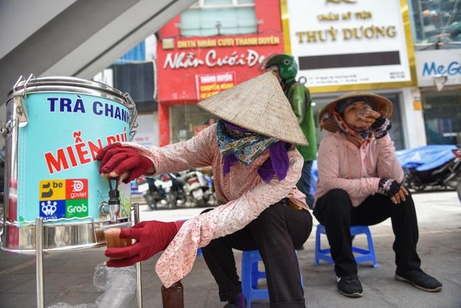 Hà Nội: Mát lòng trà chanh đá miễn phí giữa ngày nắng đỉnh điểm - 13