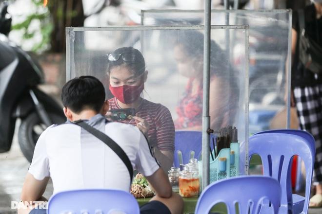 Hà Nội: Hàng loạt quán ăn vỉa hè lắp vách ngăn giọt bắn chống Covid-19 - 2