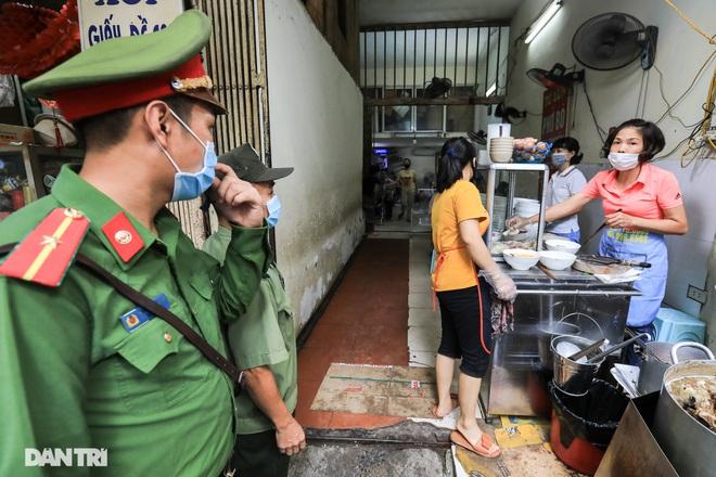 Hà Nội: Hàng loạt quán ăn vỉa hè lắp vách ngăn giọt bắn chống Covid-19 - 5