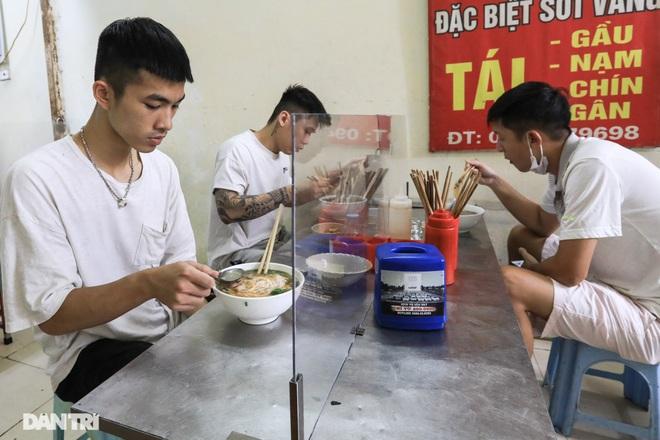 Hà Nội: Hàng loạt quán ăn vỉa hè lắp vách ngăn giọt bắn chống Covid-19 - 7