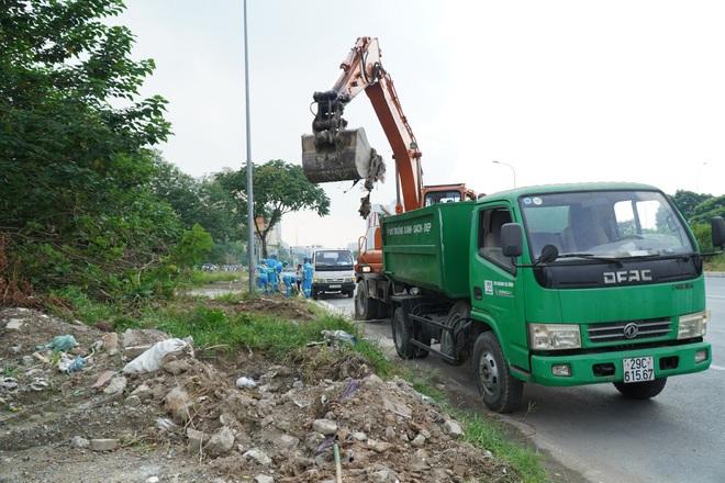 Dọn gần 200 tấn rác thải dọc đại lộ Thăng Long sau phản ánh của báo Dân trí - 14