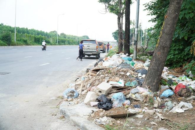 Dọn gần 200 tấn rác thải dọc đại lộ Thăng Long sau phản ánh của báo Dân trí - 3