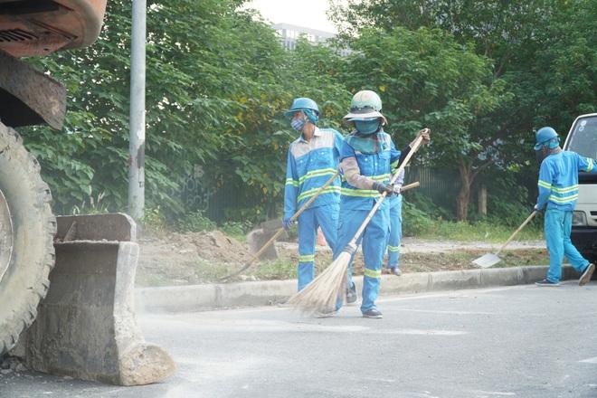 Dọn gần 200 tấn rác thải dọc đại lộ Thăng Long sau phản ánh của báo Dân trí - 7