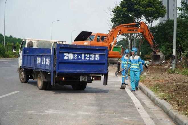 Dọn gần 200 tấn rác thải dọc đại lộ Thăng Long sau phản ánh của báo Dân trí - 9