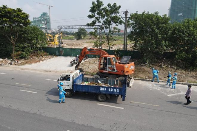 Dọn gần 200 tấn rác thải dọc đại lộ Thăng Long sau phản ánh của báo Dân trí - 13