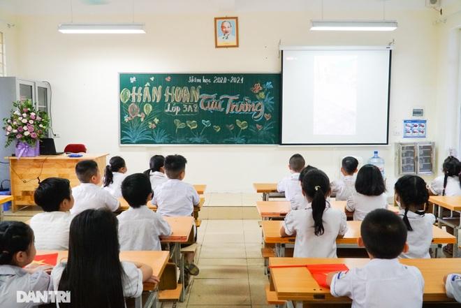 Không vào trường, phụ huynh vẫn tươi cười, dõi theo con dự lễ khai giảng - 10