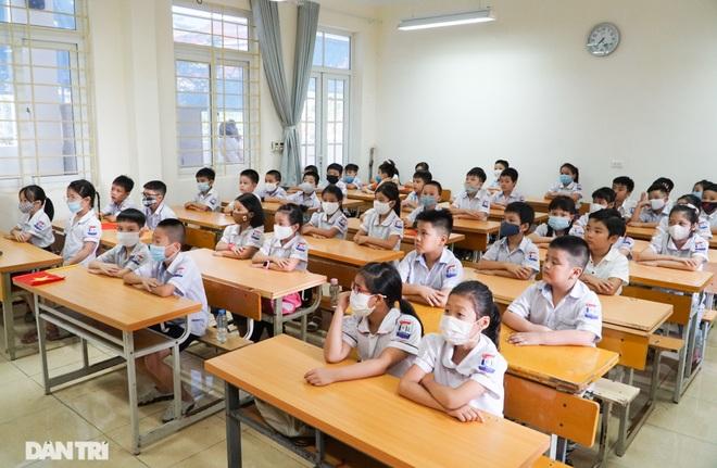 Không vào trường, phụ huynh vẫn tươi cười, dõi theo con dự lễ khai giảng - 9