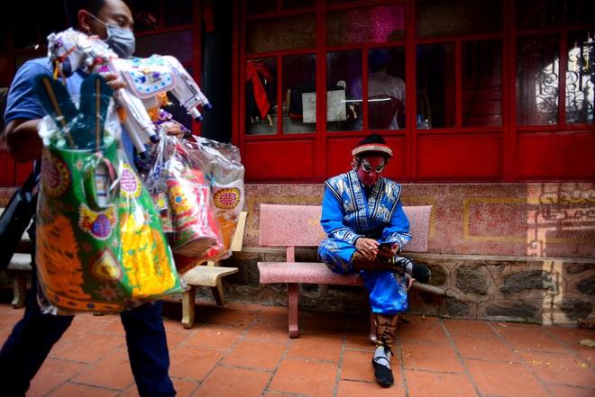 Hình ảnh cuộc sống những nghệ sĩ nặng lòng với nghề hát bội ở Sài Gòn - 17