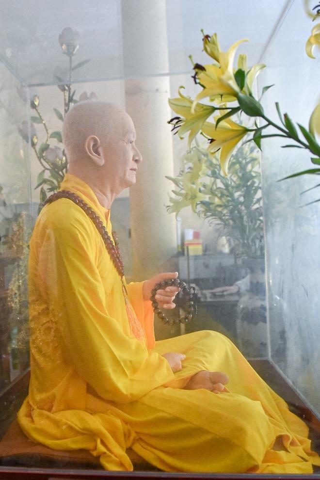 """Bức tượng giống """"người thật"""", từng bị đòi xem hộ chiếu ở ngôi chùa 600 tuổi - 7"""