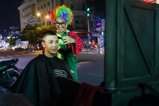 Chàng trai hóa thân thành chú hề đi hớt tóc cho người vô gia cư - 9