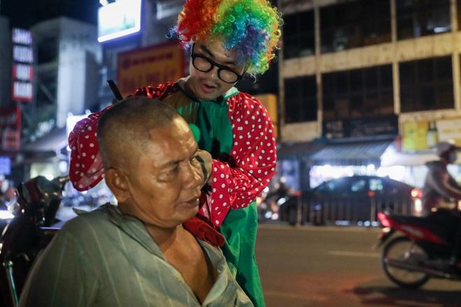 Chàng trai hóa thân thành chú hề đi hớt tóc cho người vô gia cư - 8