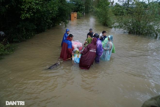 Quảng Bình: Người dân khóc ròng vì gia sản trôi theo dòng lũ dữ - 11