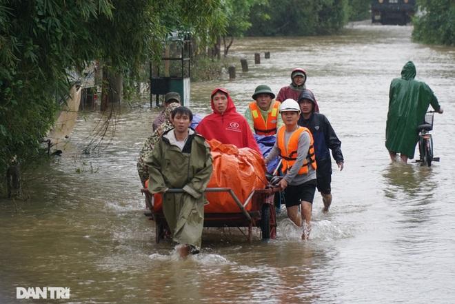 Quảng Bình: Người dân khóc ròng vì gia sản trôi theo dòng lũ dữ - 12