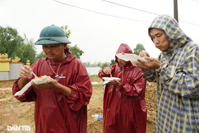 Quảng Bình: Người dân khóc ròng vì gia sản trôi theo dòng lũ dữ - 10