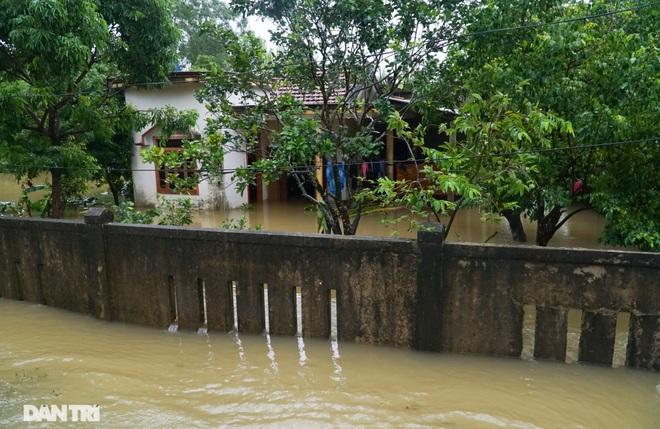 Quảng Bình: Người dân khóc ròng vì gia sản trôi theo dòng lũ dữ - 5