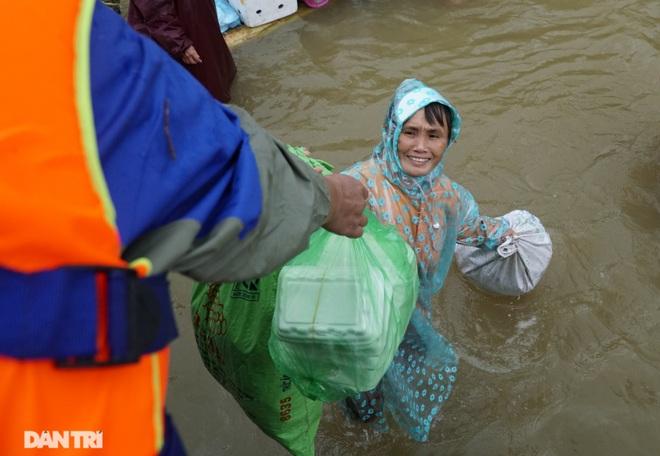 Quảng Bình: Người dân khóc ròng vì gia sản trôi theo dòng lũ dữ - 9