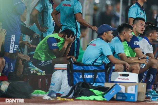 Thắng áp đảo nhưng CLB Quảng Nam vẫn phải xuống hạng, các cầu thủ bật khóc - 16