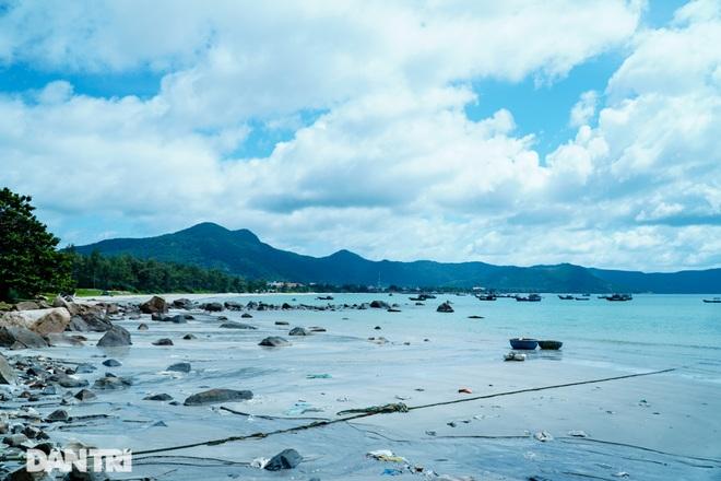 Cảnh vắng bóng du khách ở bãi biển trong xanh nhất thế giới - 5