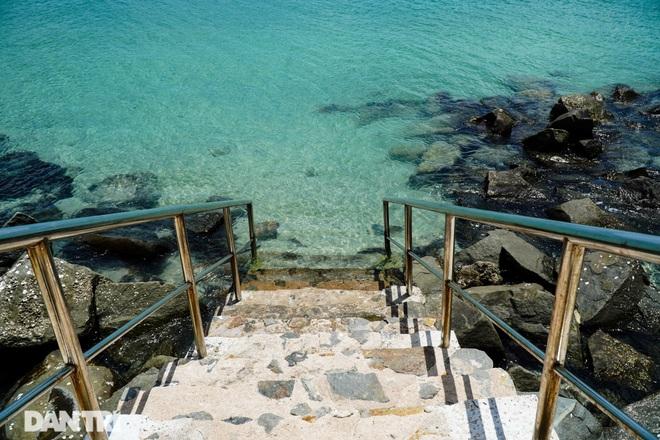 Cảnh vắng bóng du khách ở bãi biển trong xanh nhất thế giới - 10