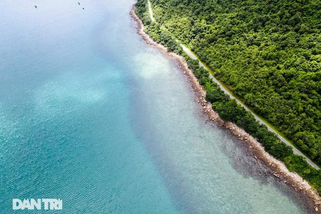 Cảnh vắng bóng du khách ở bãi biển trong xanh nhất thế giới - 12