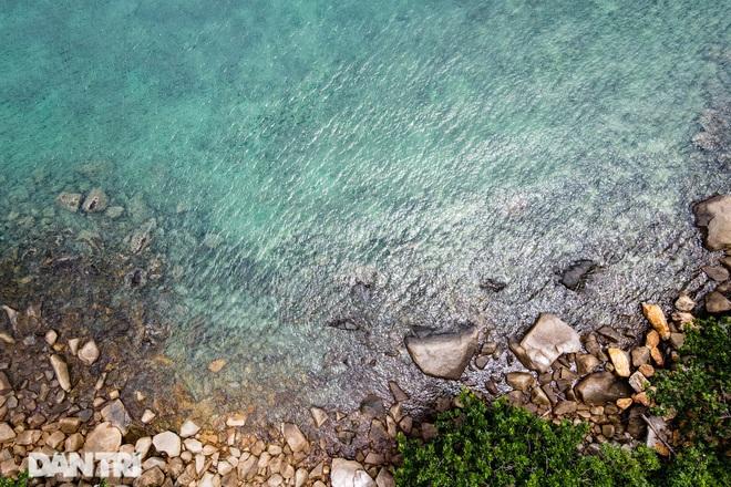 Cảnh vắng bóng du khách ở bãi biển trong xanh nhất thế giới - 3