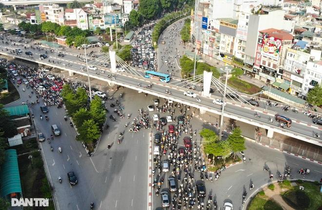 Ngã tư khổ sở tắc vẫn hoàn tắc sau ngày thông xe đường trên cao - 2