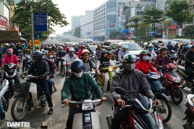 Ngã tư khổ sở tắc vẫn hoàn tắc sau ngày thông xe đường trên cao - 7