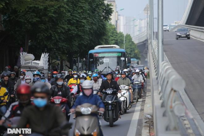 Ngã tư khổ sở tắc vẫn hoàn tắc sau ngày thông xe đường trên cao - 12