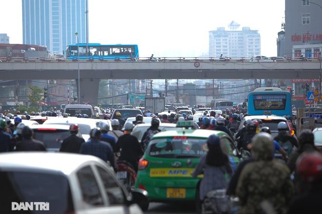 Ngã tư khổ sở tắc vẫn hoàn tắc sau ngày thông xe đường trên cao - 13