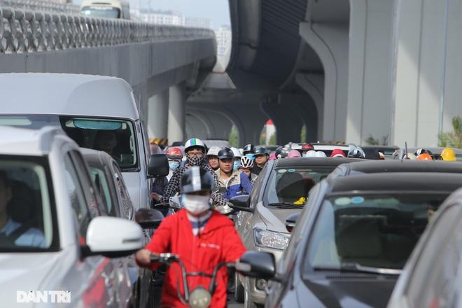 Ngã tư khổ sở tắc vẫn hoàn tắc sau ngày thông xe đường trên cao - 11