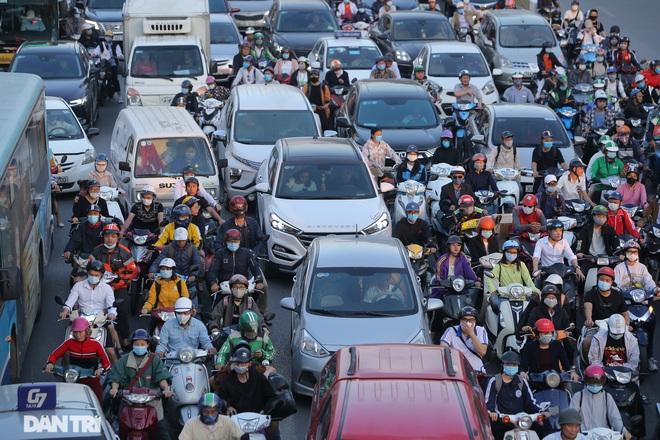 Ngã tư khổ sở tắc vẫn hoàn tắc sau ngày thông xe đường trên cao - 17