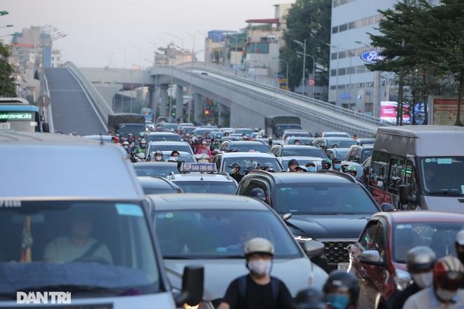 Ngã tư khổ sở tắc vẫn hoàn tắc sau ngày thông xe đường trên cao - 16