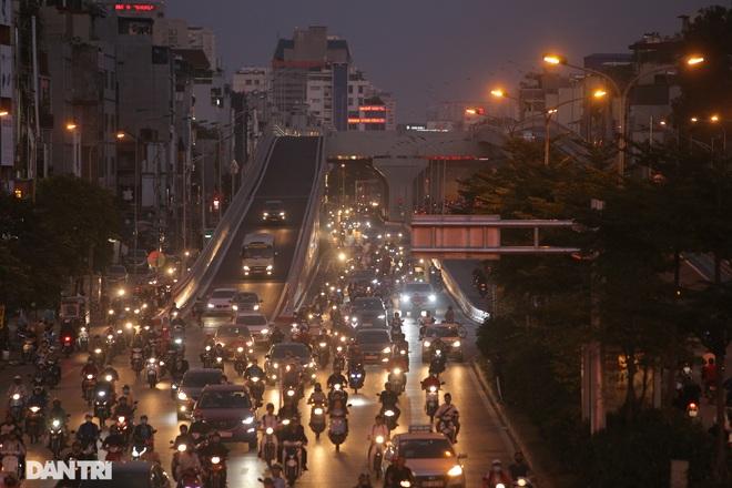 Ngã tư khổ sở tắc vẫn hoàn tắc sau ngày thông xe đường trên cao - 20