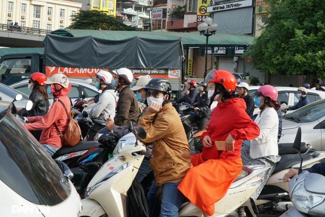 Ngã tư khổ sở tắc vẫn hoàn tắc sau ngày thông xe đường trên cao - 14