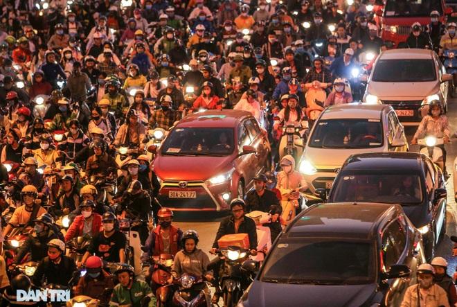 Ngã tư khổ sở tắc vẫn hoàn tắc sau ngày thông xe đường trên cao - 21