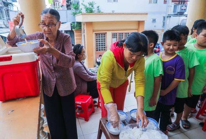 """Bà giáo U80 ngày bán vé số, tối đứng lớp """"gieo chữ"""" cho học sinh nghèo - 13"""