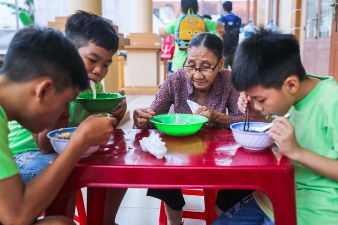 """Bà giáo U80 ngày bán vé số, tối đứng lớp """"gieo chữ"""" cho học sinh nghèo - 14"""