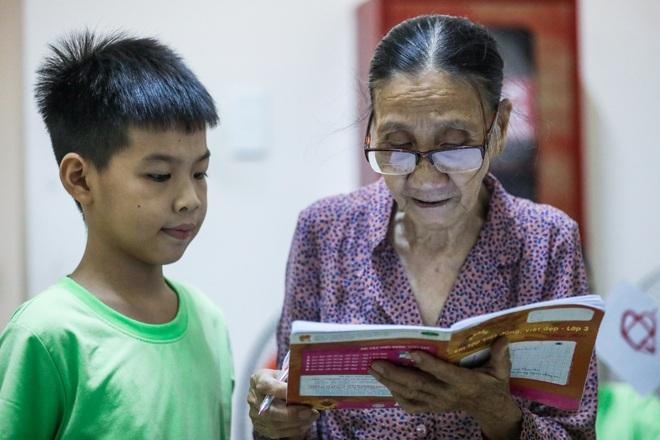 """Bà giáo U80 ngày bán vé số, tối đứng lớp """"gieo chữ"""" cho học sinh nghèo - 9"""