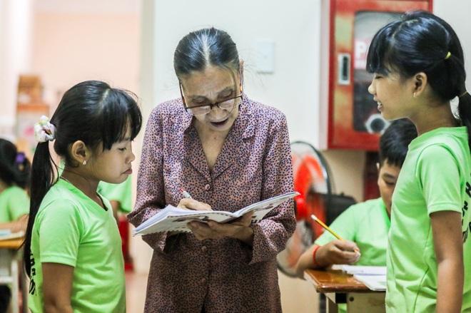 """Bà giáo U80 ngày bán vé số, tối đứng lớp """"gieo chữ"""" cho học sinh nghèo - 7"""