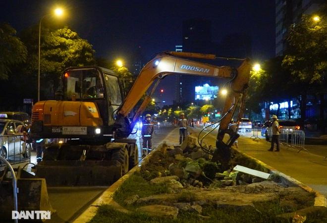 Xén dải phân cách đường Lê Văn Lương chuẩn bị đào hầm chui 700 tỷ đồng - 3