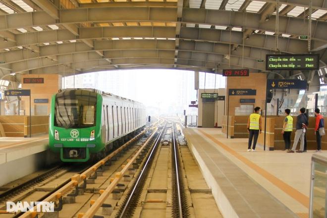 Toàn cảnh 9 đoàn tàu đường sắt Cát Linh - Hà Đông băng băng qua các nhà ga - 8