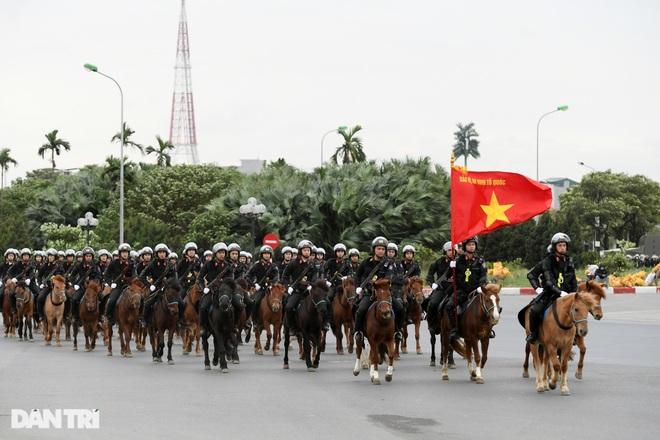 Dàn khí tài đặc chủng tham gia diễn tập bảo vệ Đại hội Đảng toàn quốc - 2